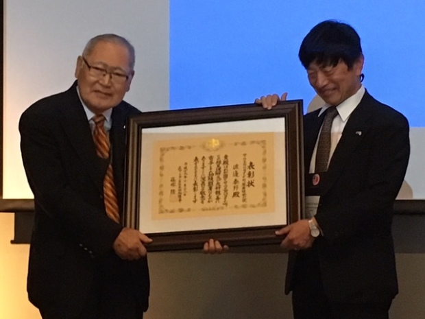 "Hirokuni ""Harry"" Watanabe receives Distinguished Service Award from Consul General Takashi Shinozuka at SEUS-Japan Conference in Greenville, South Carolina, October 2017."
